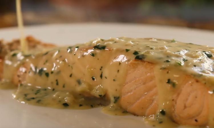 Un saumon express dans sauce crémeuse au beurre... c'est complètement fou!