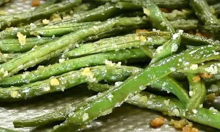 Haricots verts grillés au four...en ajoutant ces 2 ingrédients, on s'assure que tout le monde en raffolera!